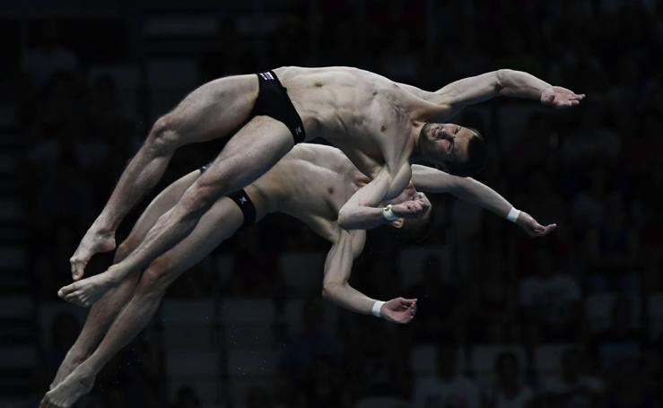 Cuerpos que danzan en la caída