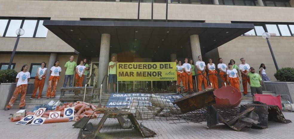 Greenpeace y ANSE llevan basura de Puerto Mayor a la puerta de la Consejería