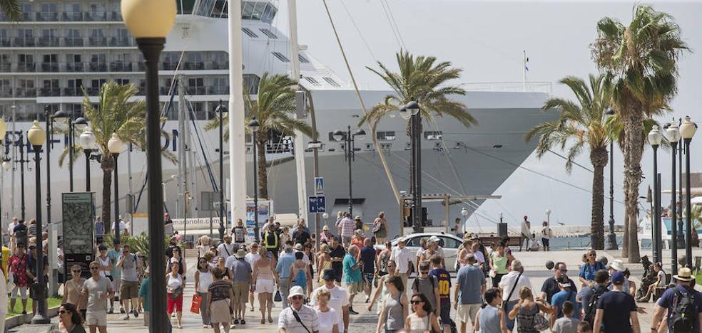 El mayor desembarco de turistas en Cartagena en lo que va de año llena comercios y bares