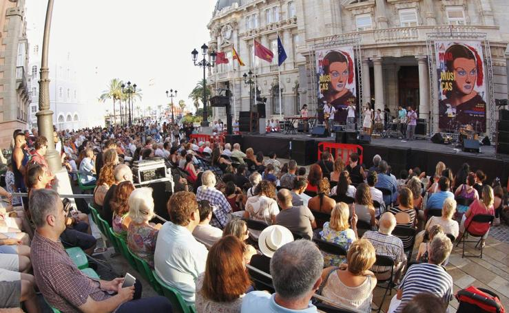 Cartagena se echa a la calle en la noche de la 'barra libre'