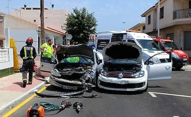 Herida grave al quedar atrapada en su coche tras un accidente en Lo Pagán
