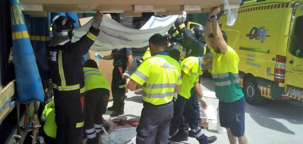 Muere un camionero de 55 años tras caerle en la cabeza unos palés en Molina