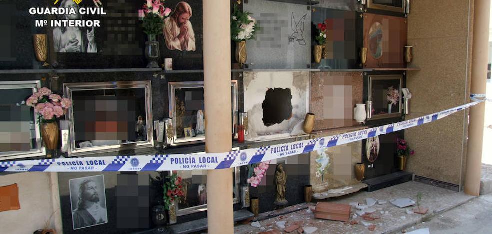Detenido un presidiario por el robo en Lorquí de una urna funeraria en 2013
