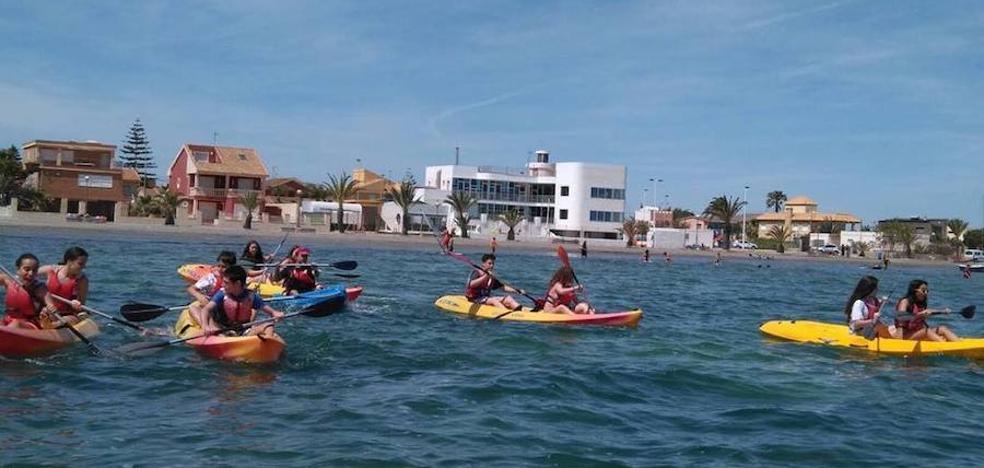 Más de 5.400 estudiantes se benefician de descuentos para practicar deportes náuticos en el Mar Menor