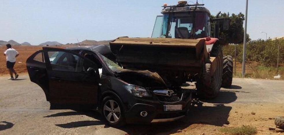 Un turismo choca contra un tractor en El Algar