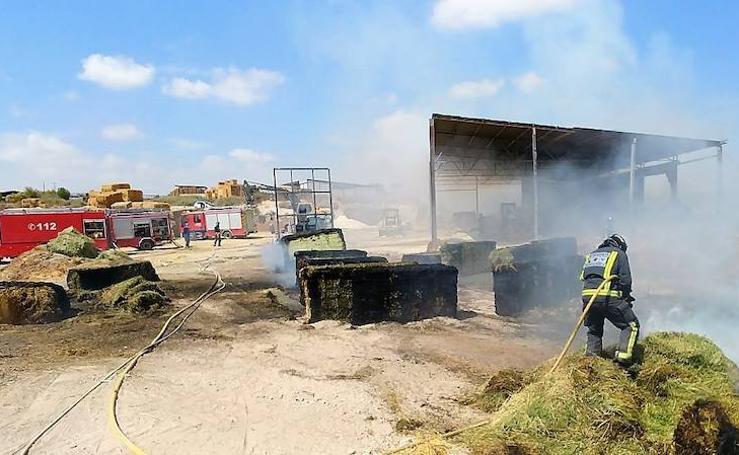 El fuego calcina un almacén de paja y cereal en Las Torres de Cotillas