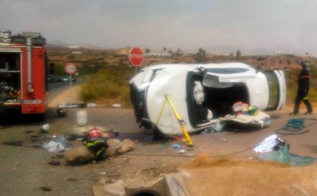 Padre e hijo, heridos tras volcar su coche en la carretera de Puerto de Mazarrón