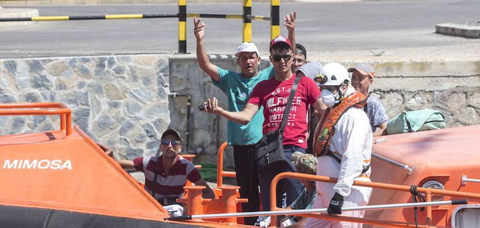 Guardias civiles denuncian no dar abasto en la costa en plena oleada de pateras