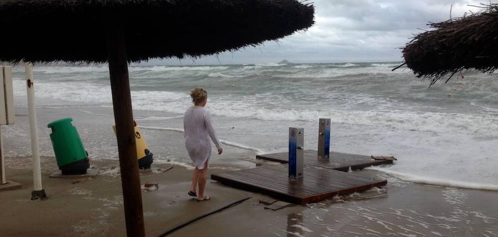 La bandera roja ondea en 20 playas de la Región