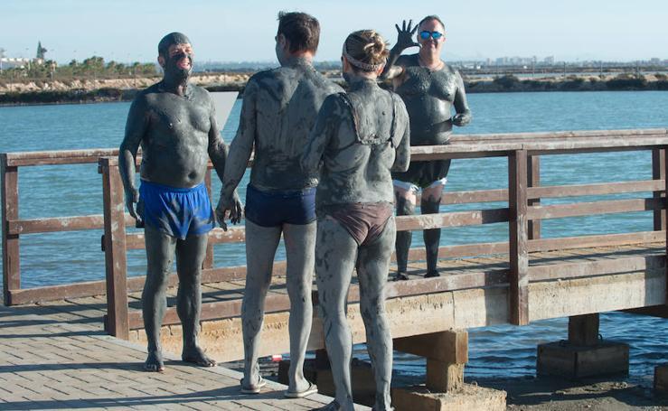 Vuelven los bañistas a las playas del Mar Menor tras el temporal