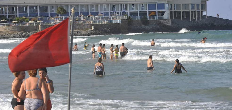 La Policía multa a dos bañistas por hacer caso omiso a la bandera roja en La Manga