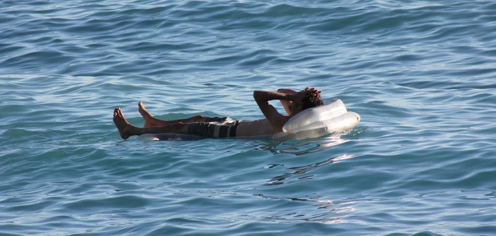 Un joven se duerme sobre una colchoneta en la costa de Ucrania y despierta en Crimea