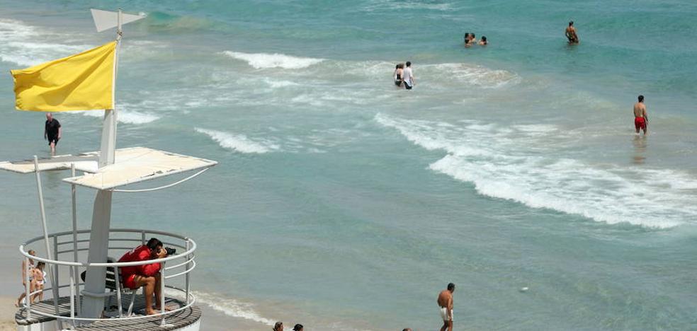 La bandera amarilla ondea en 31 playas de la Región