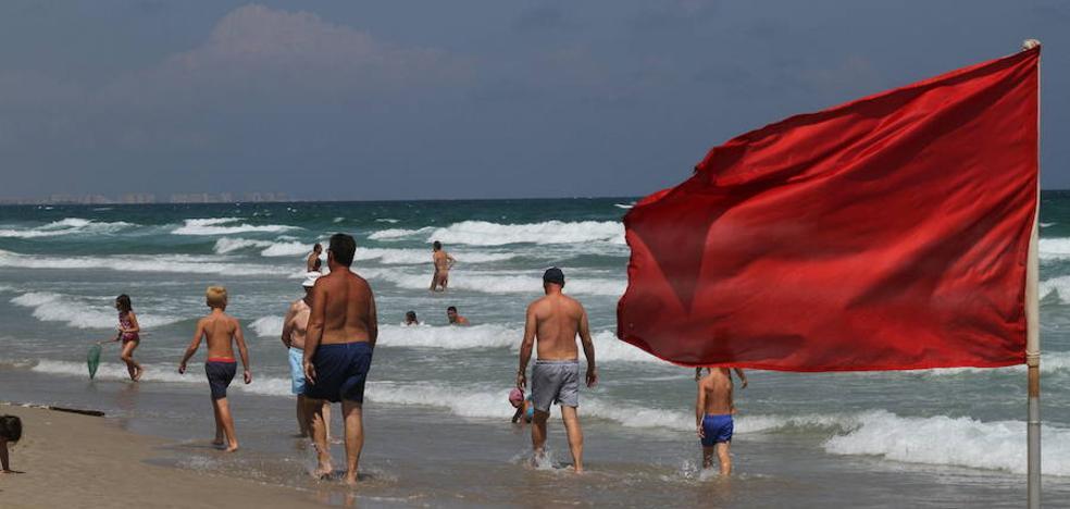 Tres banderas rojas y 38 amarillas ondean en las playas de la Región