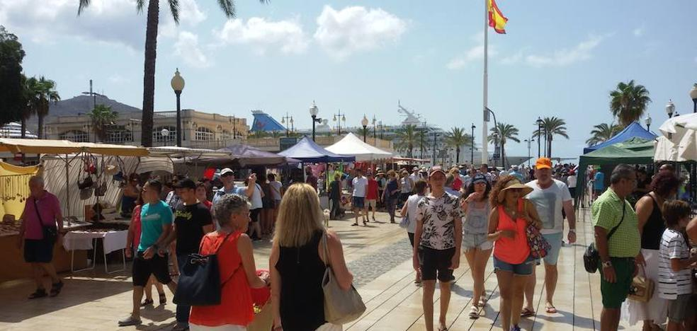 Más de 5.600 cruceristas abarrotan el centro de Cartagena