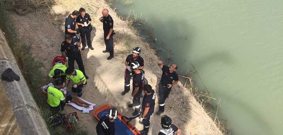 Una joven, herida tras caer a la mota del río Segura en Murcia