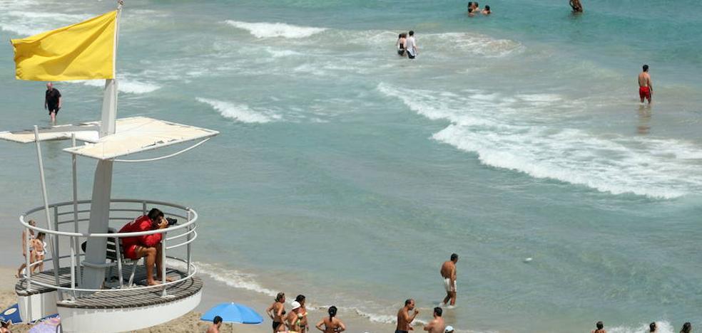 La bandera amarilla ondea en 40 playas de la Región
