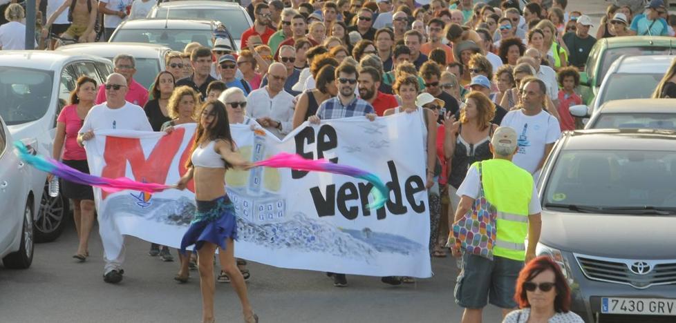 Cuatrocientos vecinos protestan contra el proyecto de un hotel en el faro de Cabo de Palos