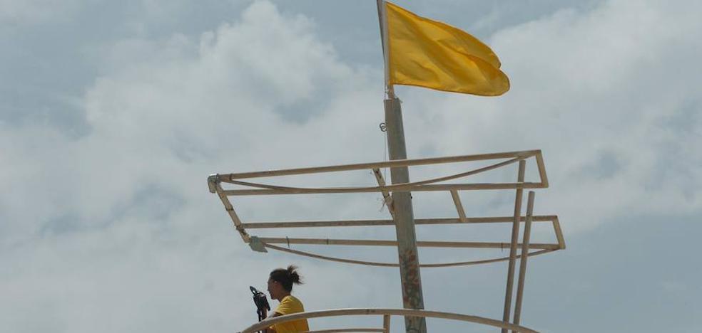Una bandera roja y 31 amarillas en las playas de la Región