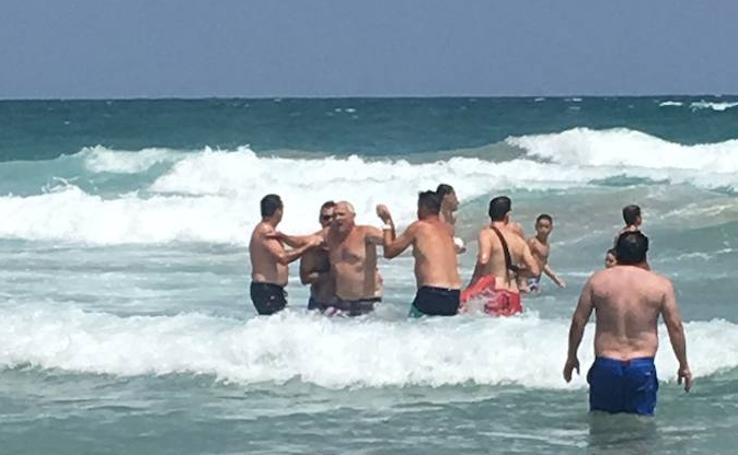 Rescatan a cuatro bañistas haciendo una cadena humana en la playa de Entremares de La Manga