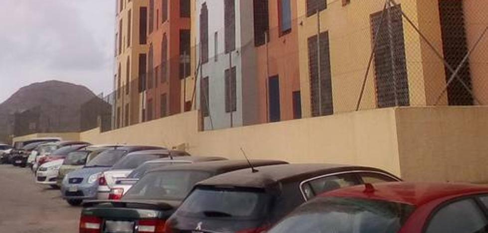 Investigan el lanzamiento de dos extintores a la calle desde un noveno piso en Playa Honda