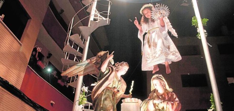 El ángel corona a la Virgen de la Encarnación en una noche especial en La Raya