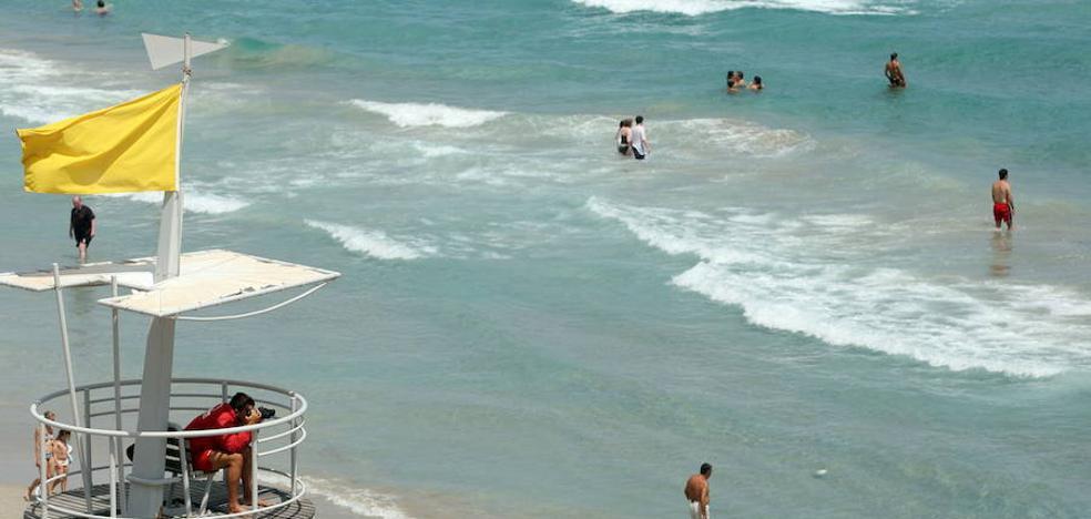 La bandera amarilla ondea en 12 playas de la Región