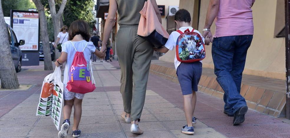 Consumur alerta de un descenso del 38% en las ayudas para el material escolar