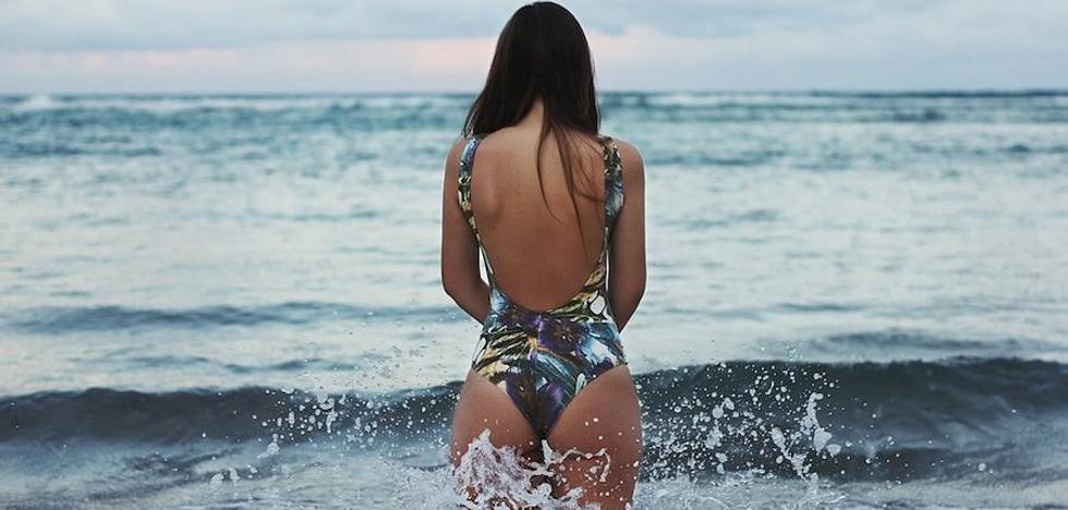 ¿Qué consecuencias puede tener orinar en la playa?