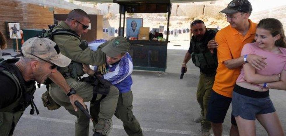 Turistas que aprenden a defenderse de yihadistas