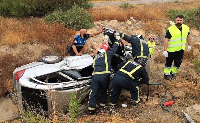 Tres adultos y un niño, heridos al salirse su coche de la carretera y volcar en Mazarrón