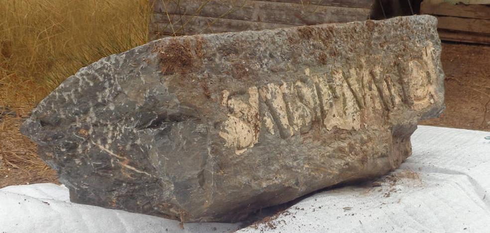 Recuperan una lápida romana arrancada del Monasterio de San Ginés de la Jara hace más de 10 años