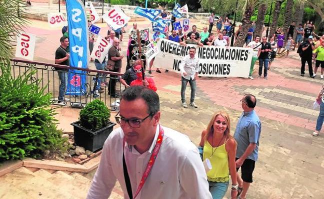 «Felipe, dimite, la 'poli' no te admite»