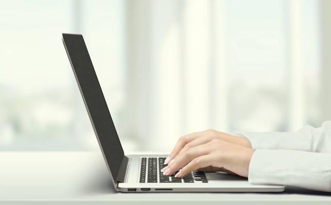 Las empresas pueden revisar los correos y 'whatsapps' de sus empleados si les avisan