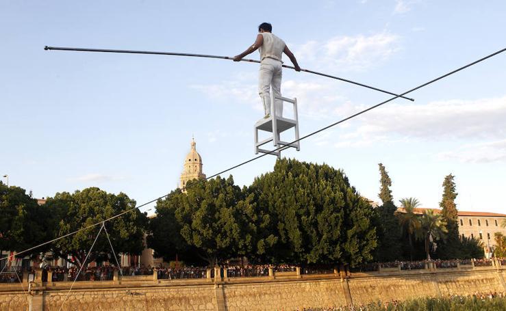 El funambulista Quirós completa con éxito su reto sobre el Segura