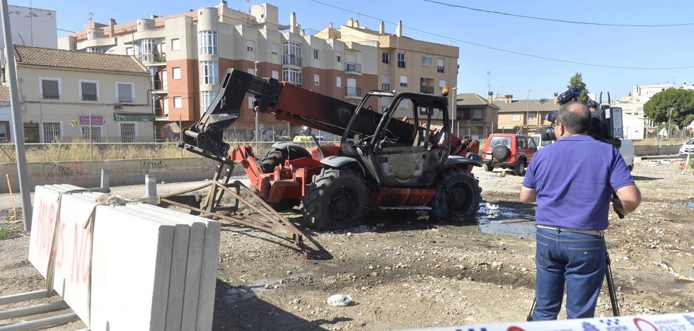 Unos encapuchados prenden fuego a dos excavadoras en las obras del AVE en Murcia