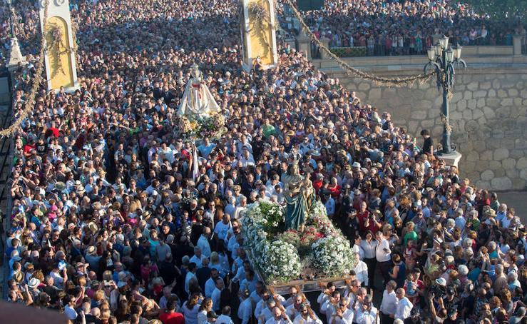 Una multitud arropa a la Patrona en una romería histórica