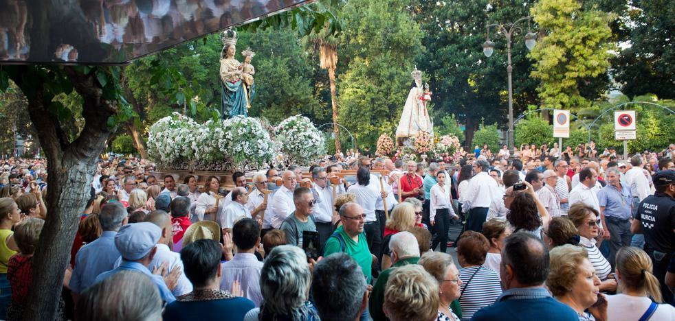 Una multitud arropa a la Fuensanta en una romería histórica