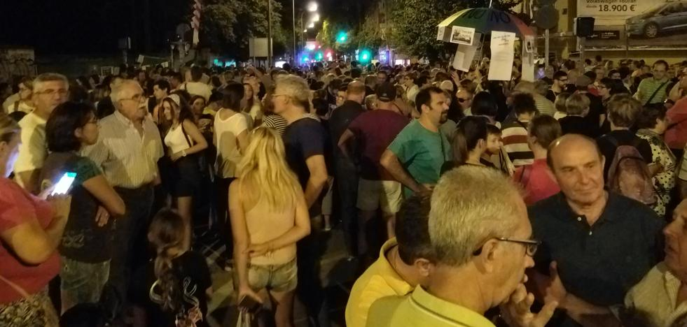 Centenares de vecinos vuelven a manifestarse contra la instalación del «muro de Murcia»
