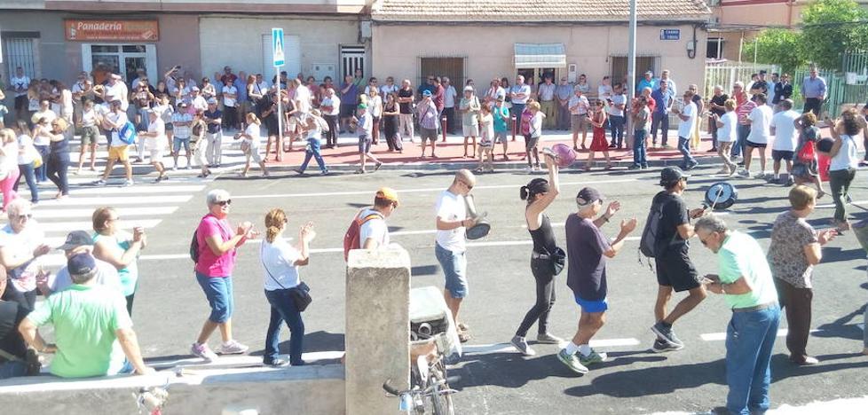 Protestas de los vecinos en el puente del Camino de Tiñosa
