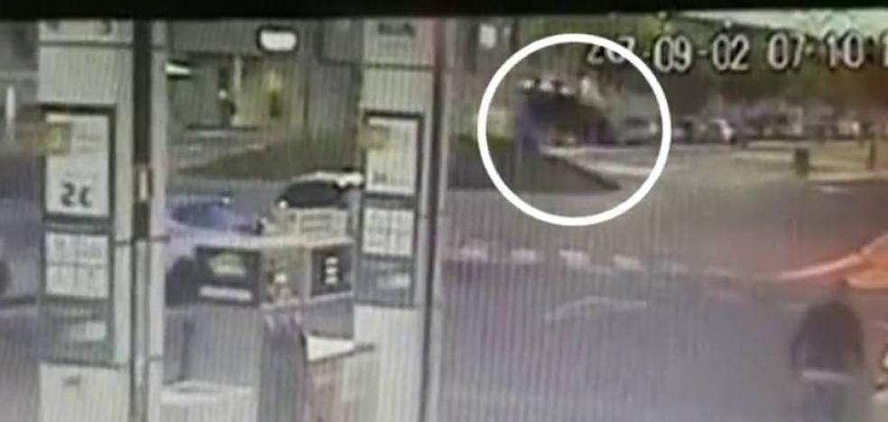 Un conductor resulta ileso tras sobrevolar una rotonda