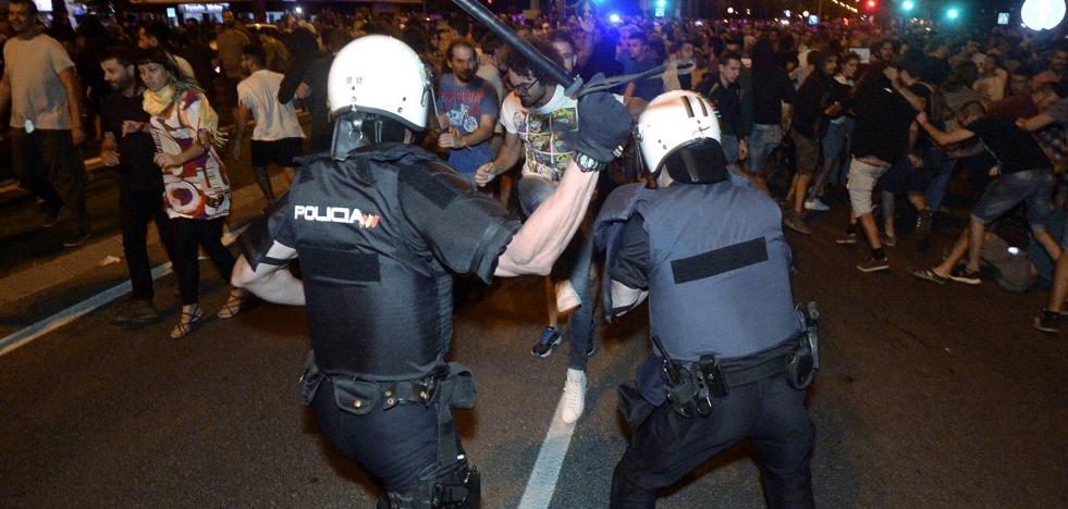 Enfrentamientos entre los manifestantes y los antidisturbios en Ronda Sur