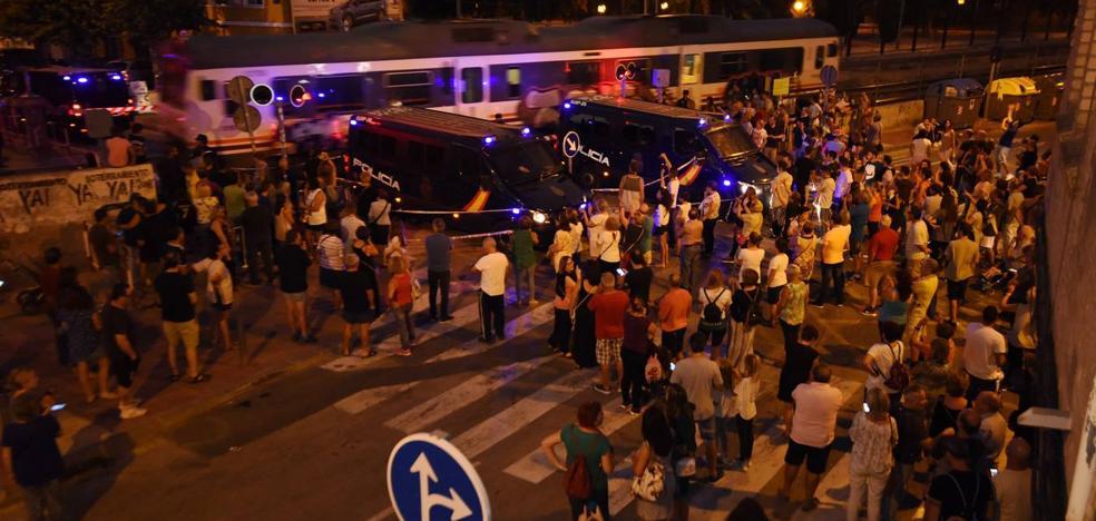 Centenares de vecinos vuelven a concentrarse en el paso a nivel de Santiago el Mayor, blindado por la Policía