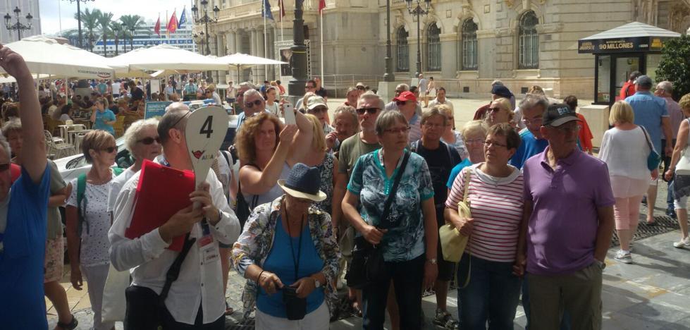 6.000 cruceristas toman el centro de Cartagena en plenas fiestas