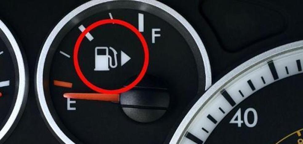 ¿Qué significa esta flecha que hay junto al dibujo de la gasolina en tu coche?