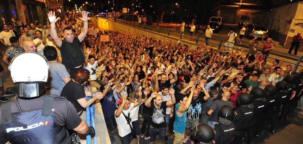 Los manifestantes pro soterramiento cortan el tráfico en Ronda Sur y en la carretera de El Palmar