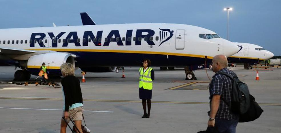 Ryanair ofrece 12.000 euros a sus pilotos para trabajar en días libres
