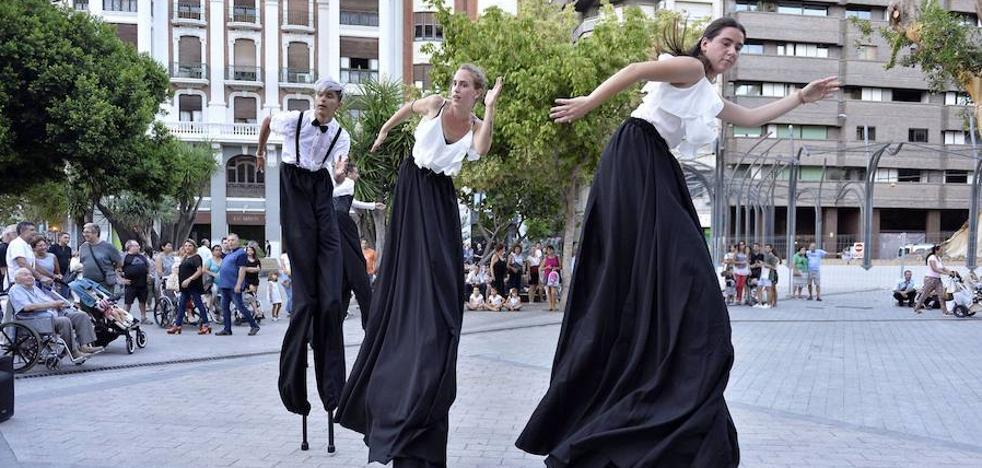 Los Teatros Romea y Circo salen a la calle para presentar su nueva programación