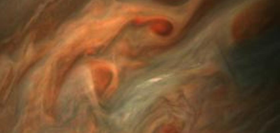 La nave Juno toma un primer plano de Júpiter a sólo 7.700 kilómetros