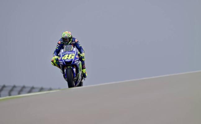 Rossi pasa la prueba en un día marcado por la lluvia